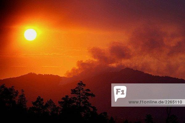 ´Hills auf Fire´ als die Sonne setzt die Berge nach Lightning noch Rauchen sind beginnt ein Feuer in Big Bear Lake  Kalifornien  USA