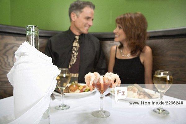 Mann und Frau beim Dinner im Restaurant