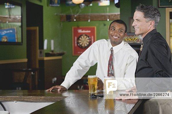 Zwei Männer im Pub