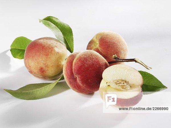 Vier weisse Pfirsiche