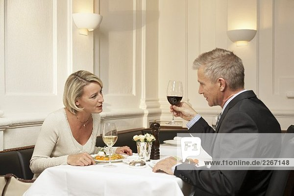 Ehepaar mittleren Alters beim Essen