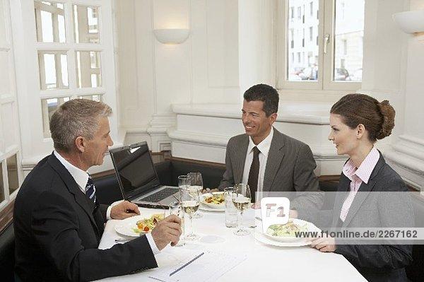 Geschäftsleute beim Essen