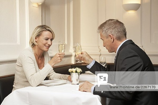 Eheleute stossen mit Sekt an