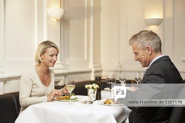 Mann und Frau beim gemeinsamen Essen in einem Restaurant
