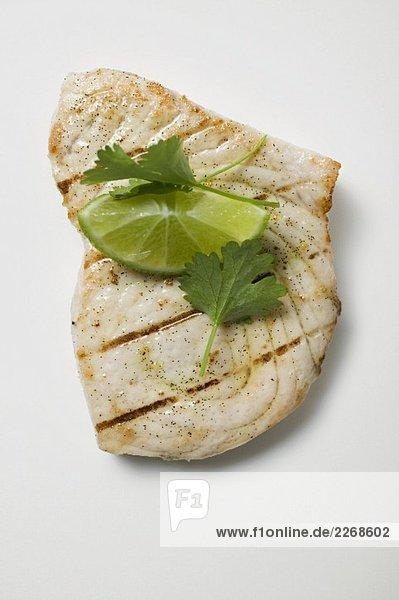 Gegrilltes Schwertfischsteak mit Limette und Koriandergrün