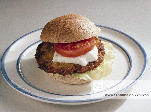 Fischburger mit Tomate und saurer Sahne