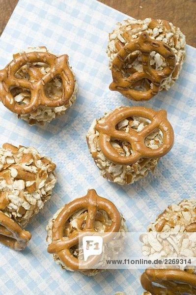 Kügelchen aus Obatzda mit Salzbrezeln