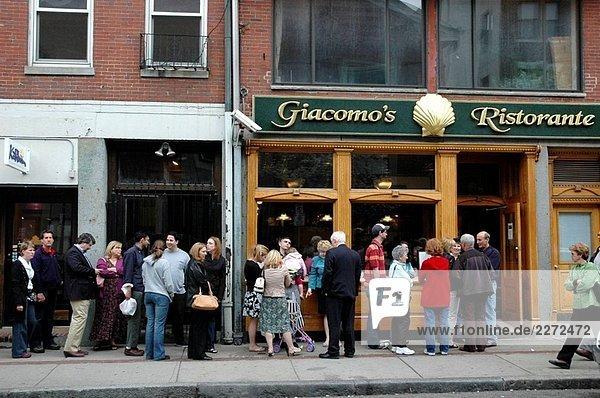 Boston  queuing bei Giacomo´s Ristorante in Little Italy