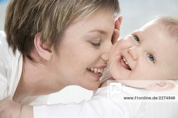 MUM Kuscheln mit Baby