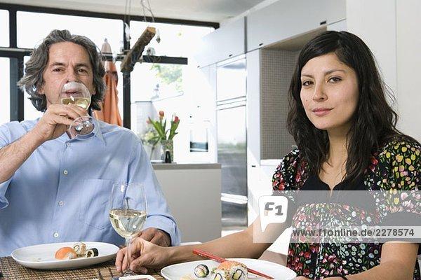 Ein Paar beim gemeinsamen Abendessen