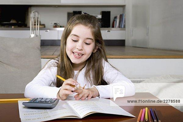 Ein kleines Mädchen bei den Hausaufgaben