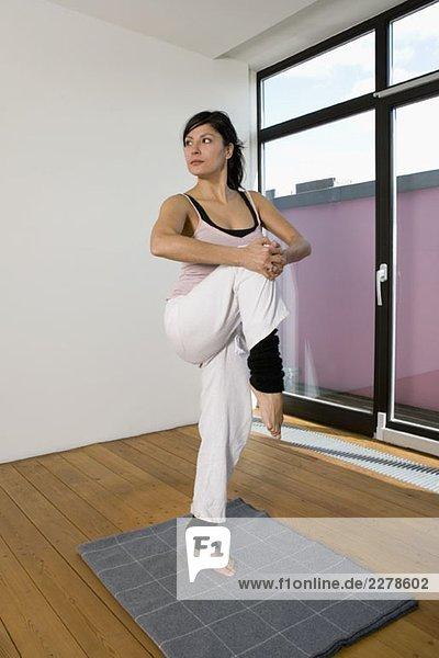 Eine junge Frau  die Yoga praktiziert.