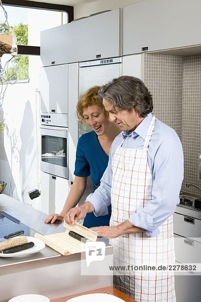 Ein Paar bereitet Sushi in der Küche zu.
