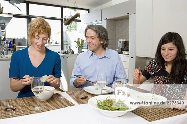 Freunde beim gemeinsamen Abendessen