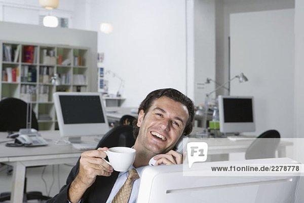 Ein Geschäftsmann am Telefon in einem Büro