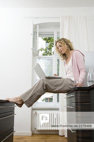 Eine Frau mit ihrem Laptop