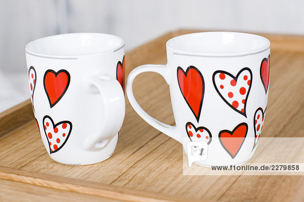 zwei Tassen mit Herzen