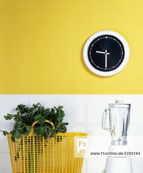 Blender und Tasche mit Gemüse in Küche