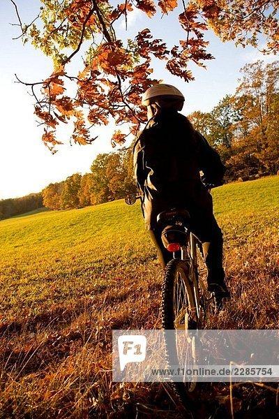 Frau allein im Freien auf dem Fahrrad