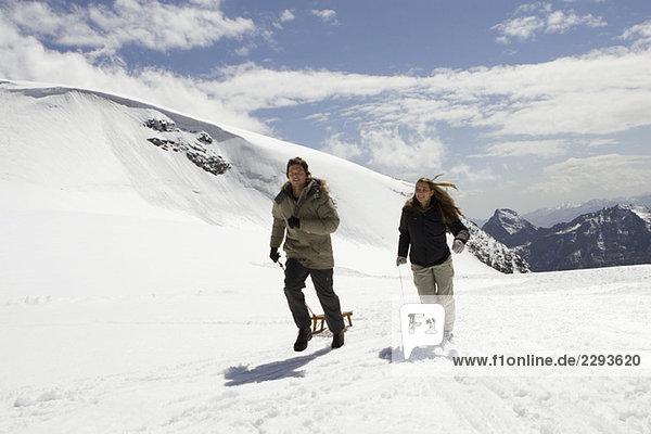 Italien  Matterhorn  Cervinia  Paar mit Schlitten