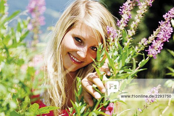Blonde Frau unter Blumen  Portrait