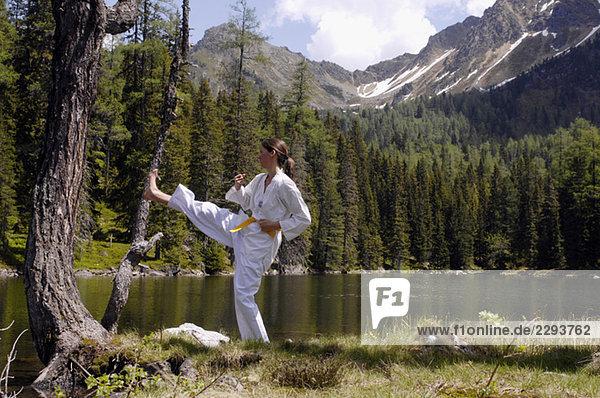 Junge Frau  die tae kwon do praktiziert.