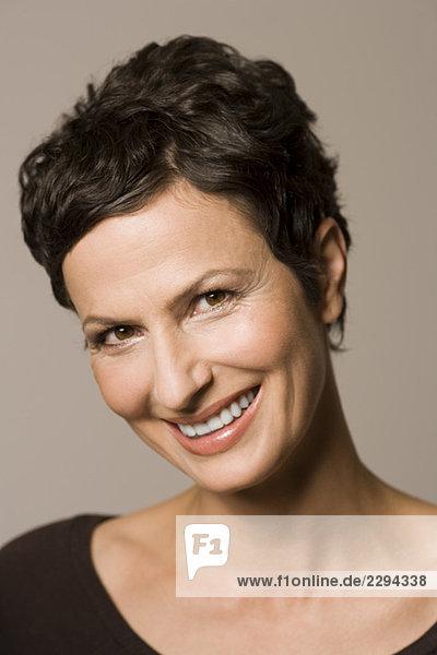 Porträt einer Frau  lächelnd  Nahaufnahme