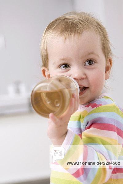 Baby Mädchen (2-3) trinkt Tee  Portrait