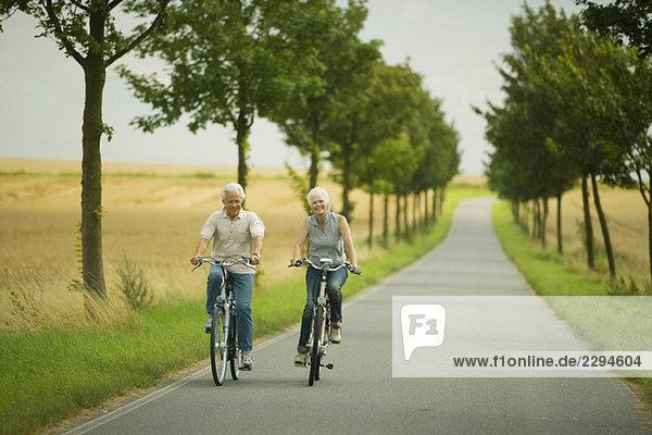Seniorenpaar Radfahren auf der Landstraße