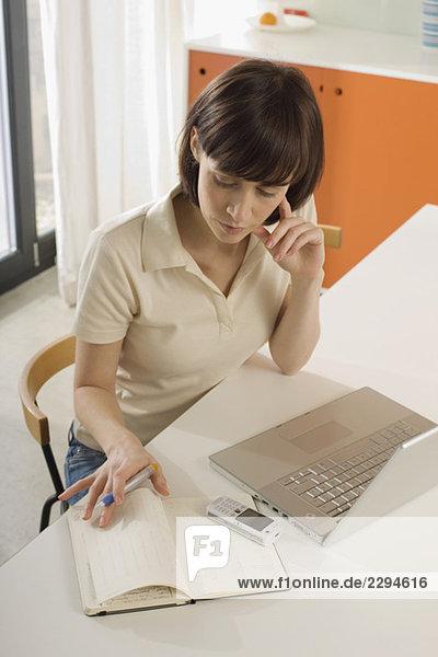Junge Frau am Schreibtisch  Porträt