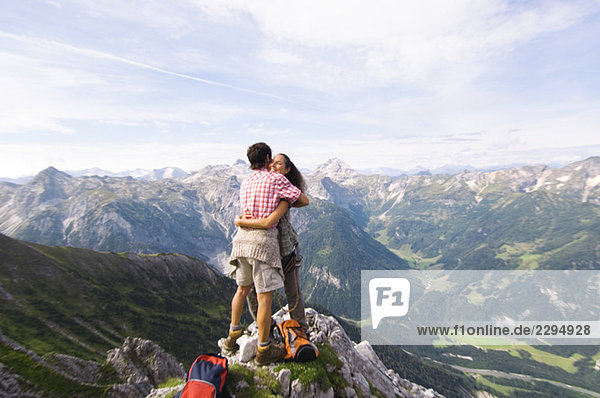 Österreich  Salzburger Land  Paar umarmend