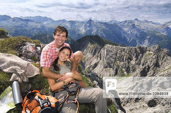 Österreich  Salzburger Land  Paar auf Berggipfel  Portrait
