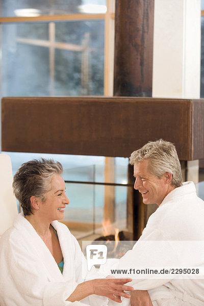 Erwachsenes Paar im Bademantel  lächelnd  Portrait