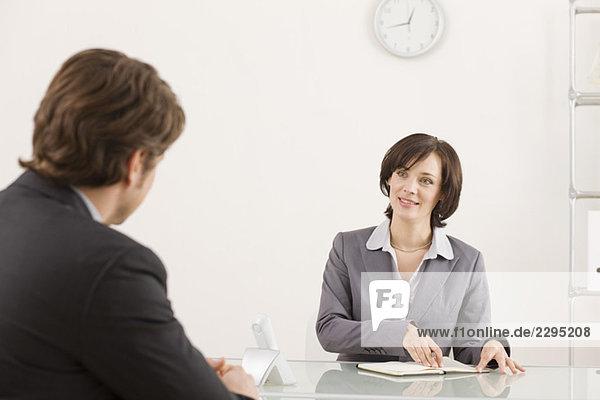 Zwei Geschäftsleute in einem Meeting