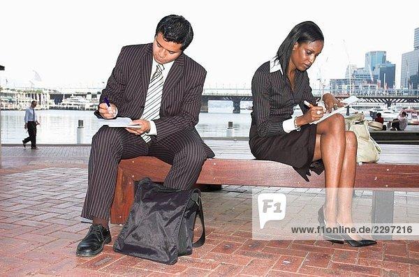 Junge Firmen ausfüllen schreibarbeit während der Arbeit unterwegs