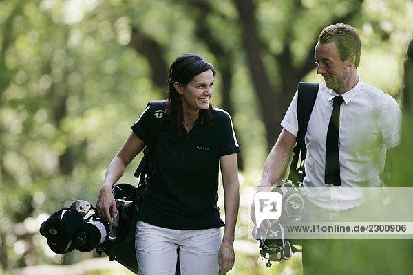 Skandinavischen Mann und Frau Golfen Italien Skandinavischen Mann und Frau Golfen Italien