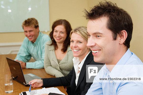 Vier Kollegen bei der Arbeit