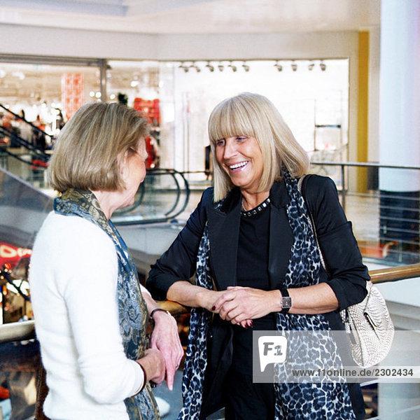 Zwei Freundinnen  die im Einkaufszentrum rumhängen