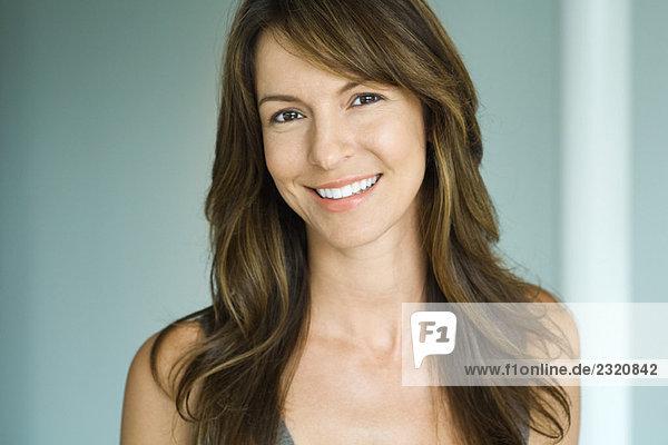Frau lächelt vor der Kamera  Porträt