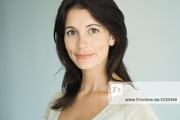 Brünette Frau  lächelnd auf Kamera  Kopf und Schultern  Portrait