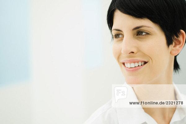 Geschäftsfrau schaut weg  lächelt  Nahaufnahme