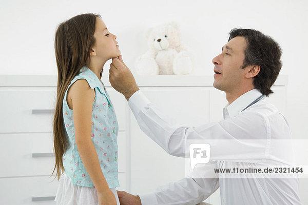 Arzt Hockend 24040 44448 Lizenzfreies Bild Bildagentur
