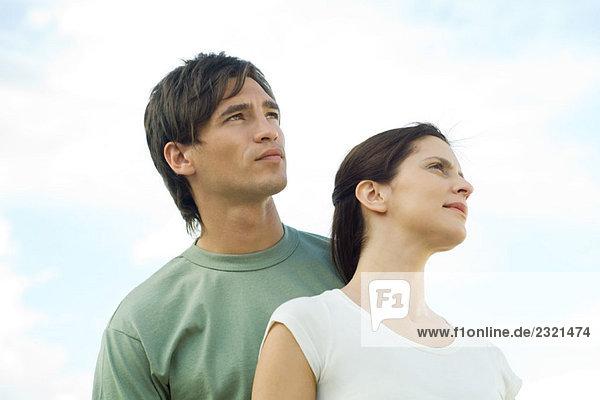 Paar im Freien  Blick nach oben  Tiefblick  Portrait