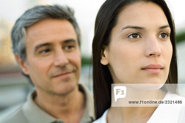 Paar schaut weg  Fokus auf Frau im Vordergrund