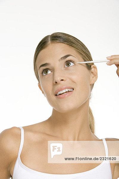 Frau trägt Augen-Make-up auf