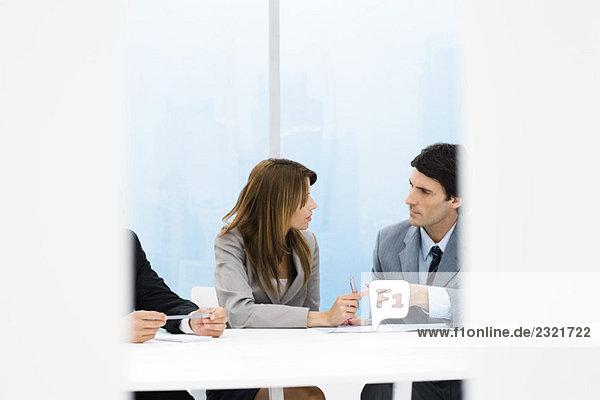 Männliche und weibliche Geschäftskollegen im Gespräch während des Meetings