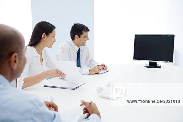 Gruppe von Führungskräften mit Telefonkonferenz
