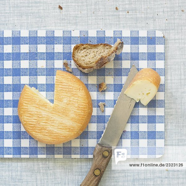 Nahaufnahme des Cookies mit Brot und Messer