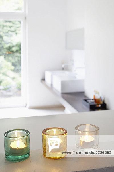Stillleben mit drei Kerzen im Badezimmer