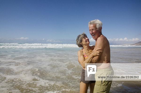 stehend Fröhlichkeit Strand Brandung